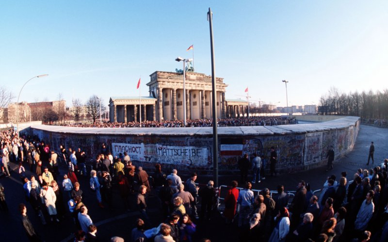 Berliner Mauer mit Menschen