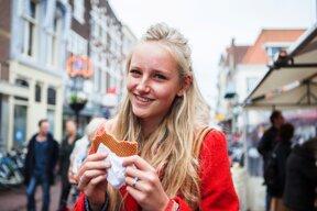 Mädchen isst Waffeln ohne c VVV Gouda