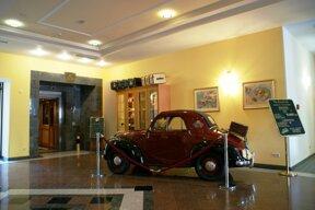 Lobby mit Auto