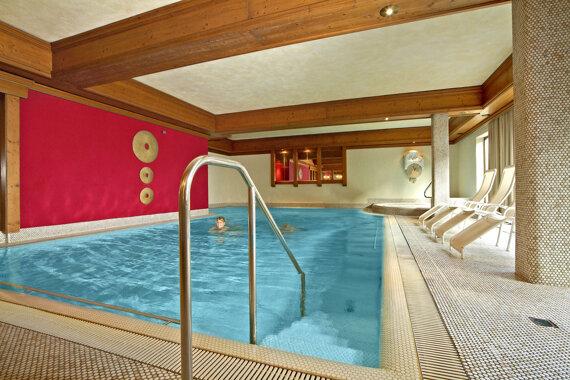 Großes Schwimmbad mit 28 Grad