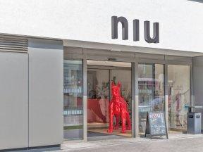 Eingang des niu Franz Wien mit großer, roter Hundefigur