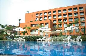 Außenansicht des Hotel abba Garden mit Pool und Liegestühlen