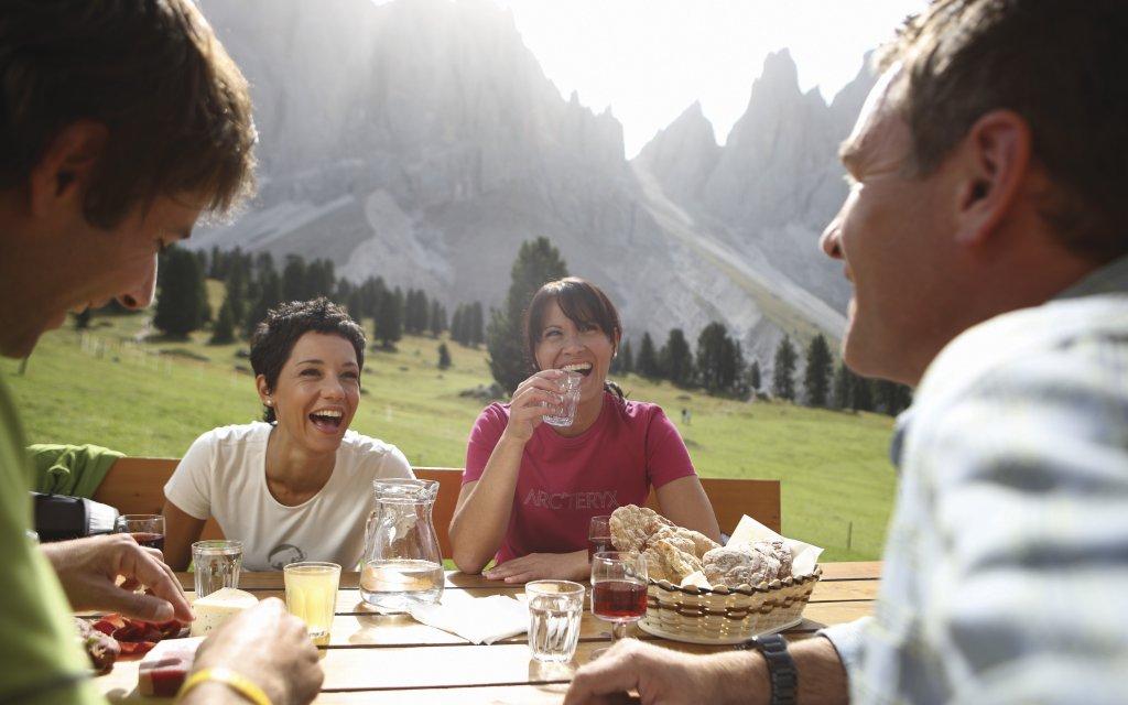 Gruppe bei der Wanderpause in Südtirol