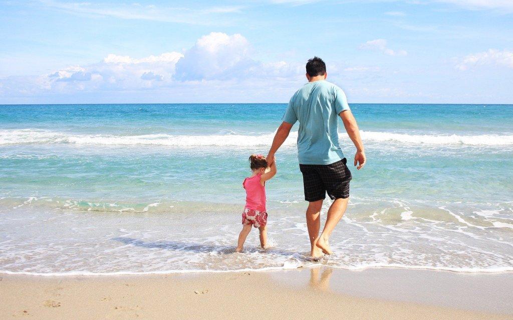 Vater mit Tochter am Strand der italienischen Adria