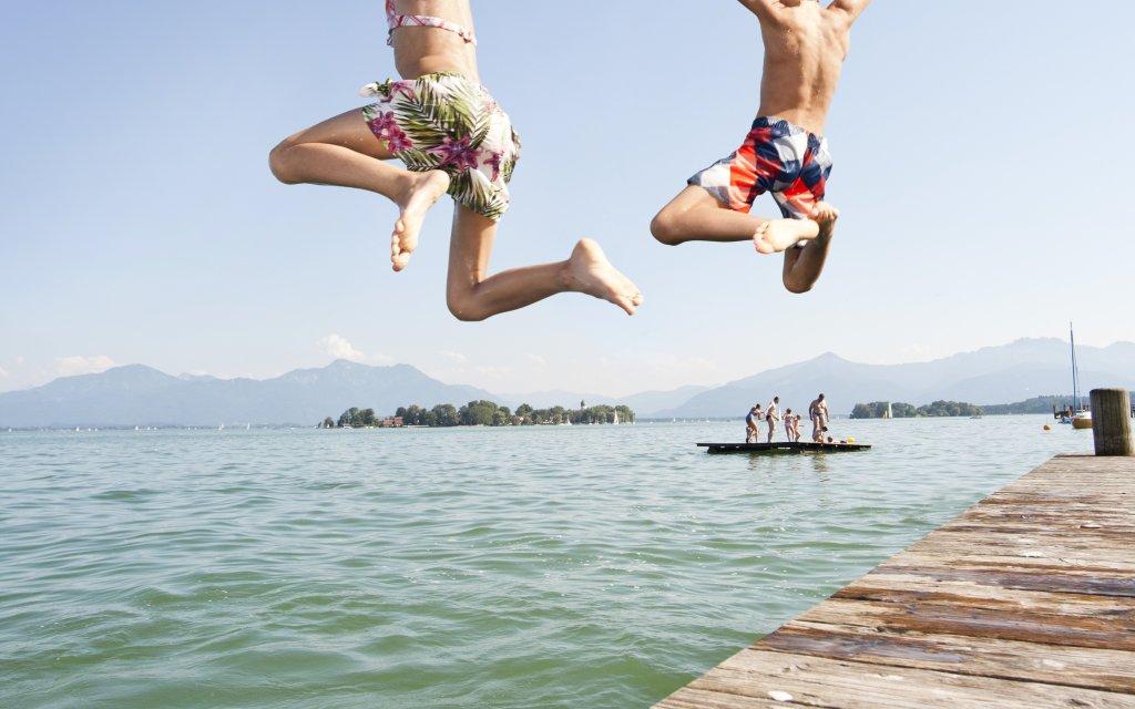 Familie springt in einen See