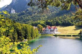 Hotel mit Schloss Neuschwanstein im Hintergrund