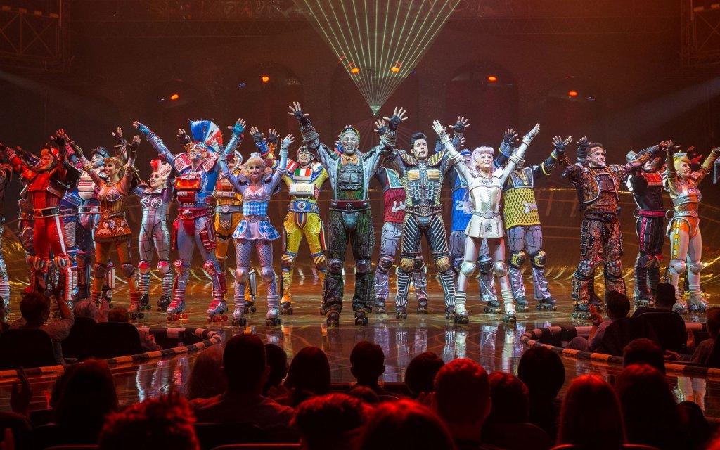 Alle Darsteller des Musicals Starlight Express am Ende der Aufführung
