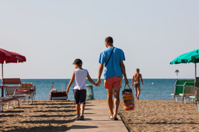 Vater und Sohn Strand in Italien