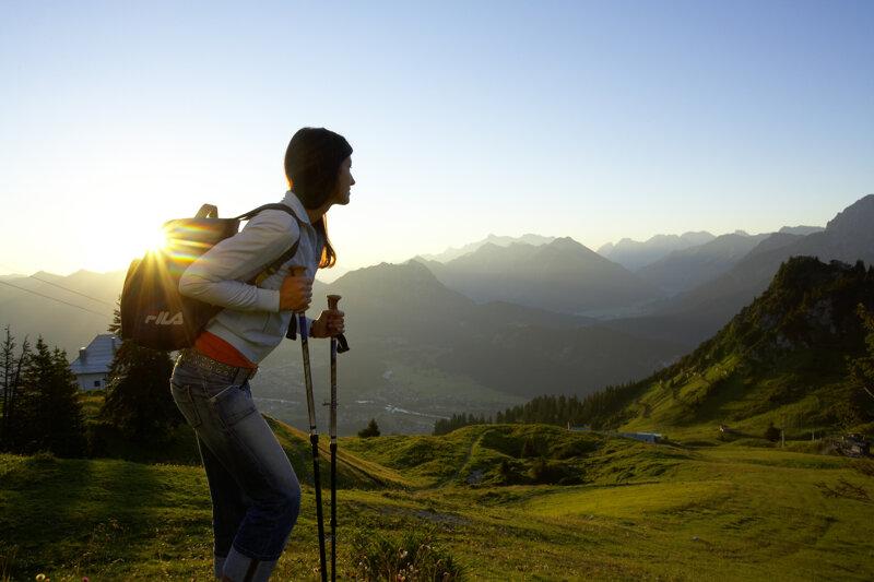 Wandererin zur Abendstimmung in den Tiroler Bergen