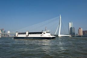 Boot vor Brücke