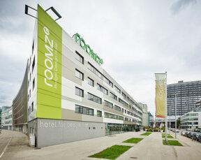 Außenansicht des Design-Hotels roomz Vienna Gasometer in Wien