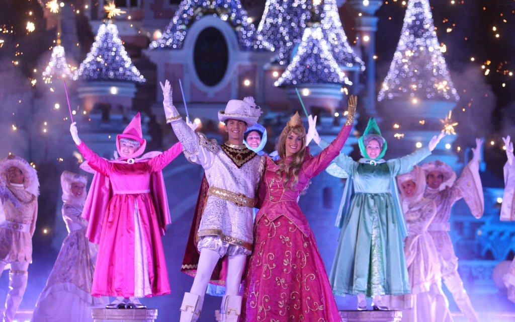 Disney Darsteller von Cinderella vor den Disney-Schloss