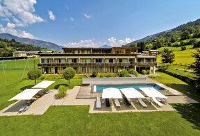Das Active by Leitner's StyleHotel & Spa von außen mit Pool im Sommer