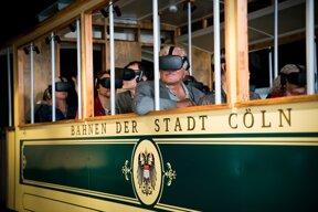 Leute mit VR-Brille im original Tramwagen