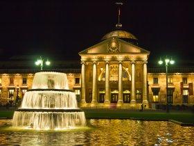 Kurhaus mit Kaskadenbrunnen Wiesbaden (c)Pedelecs - Wikimedia