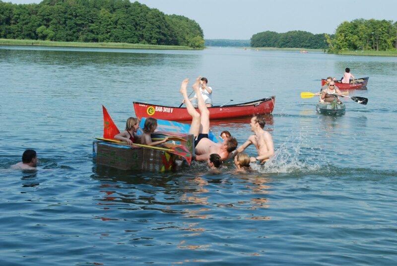 Brandenburger Badesee mit Booten und Kinderspaß