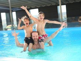 swimming-pool-vater mit jungs c pixabay
