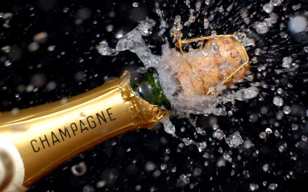 Champagner Korken knallt