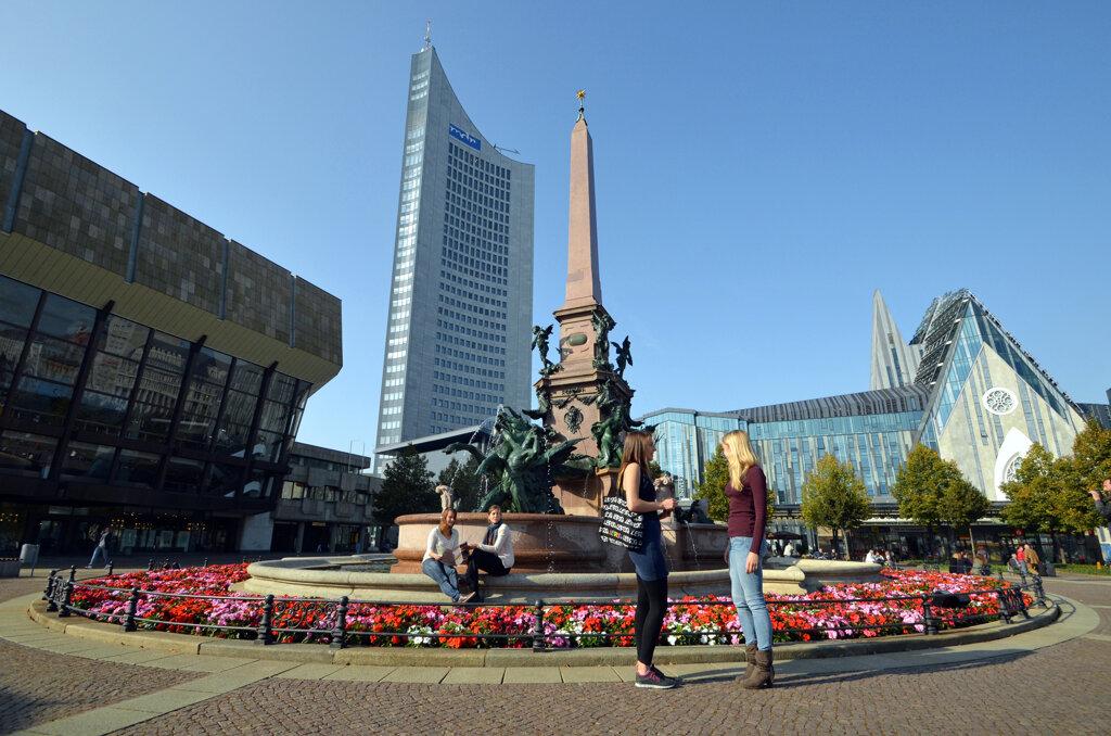 Leipzig Augustusplatz, Frauen vor Brunnen