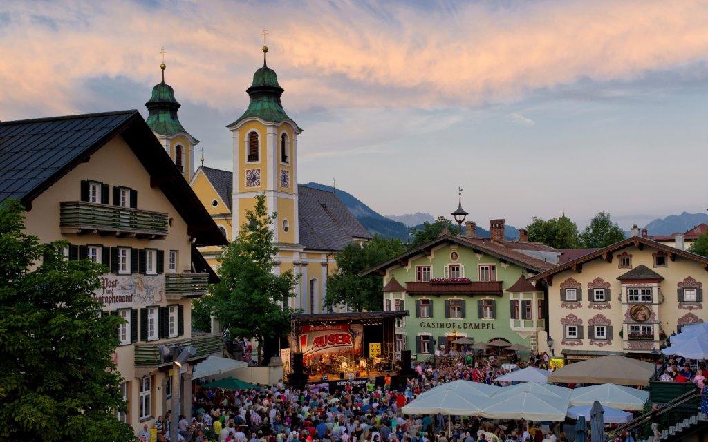 Fest auf dem Hauptplatz in St. Johann in Tirol
