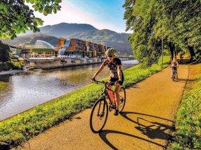 Radfahrer am Fluss