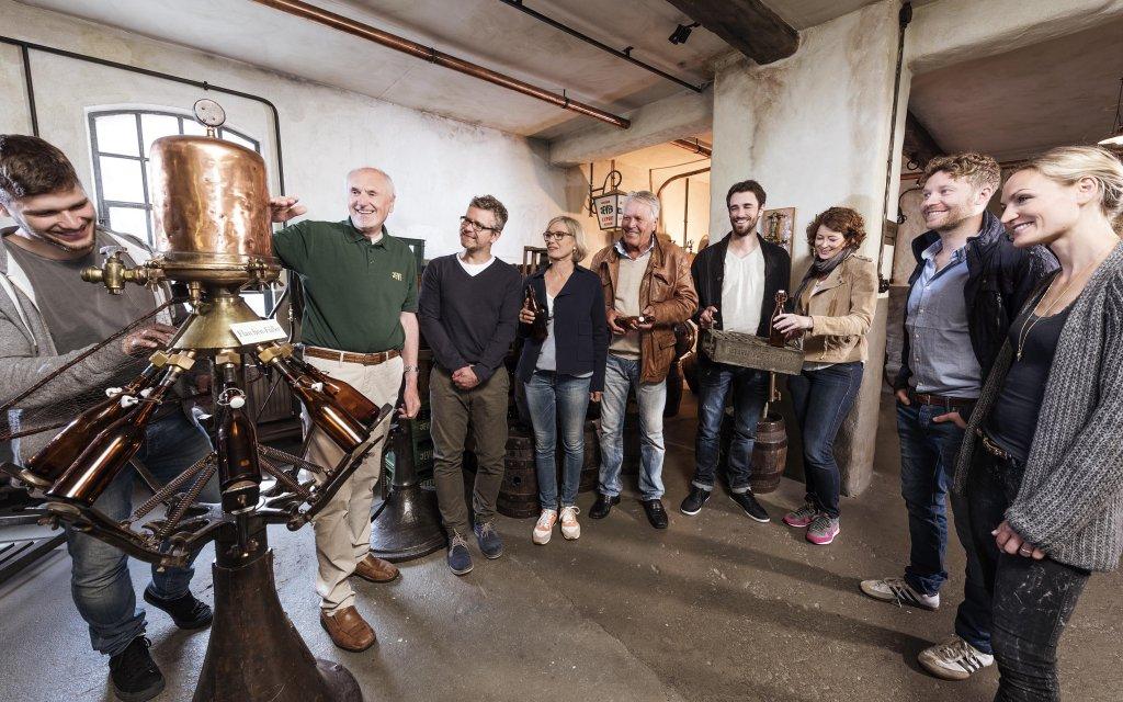 Gruppe macht eine Brauereibesichtigung