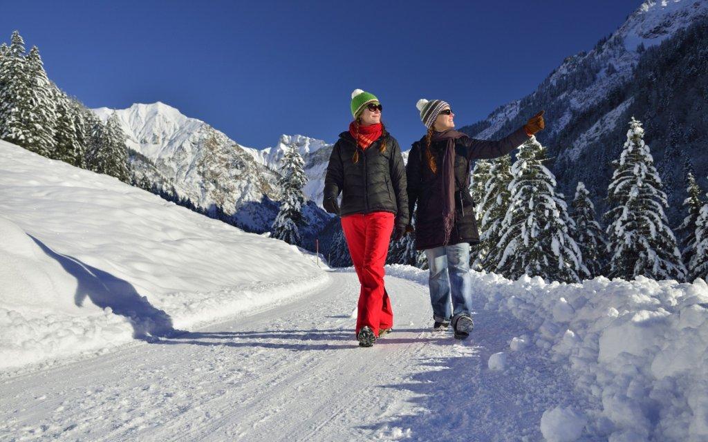 Frauen beim Spaziergang im Schnee  im Allgäu