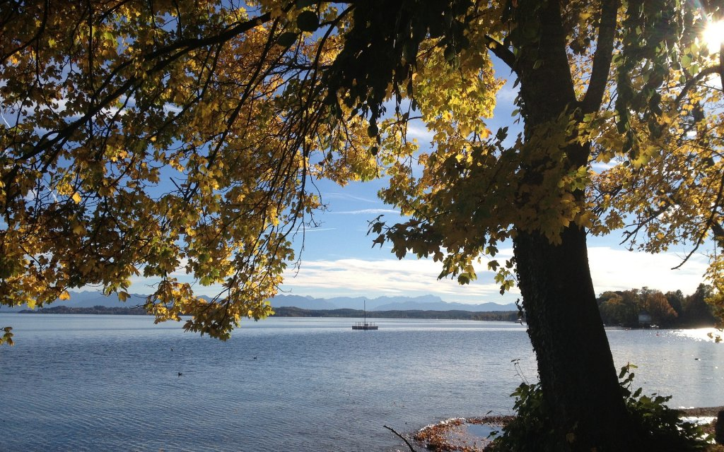 Blick auf den Starnberger See und die Alpen in Ambach