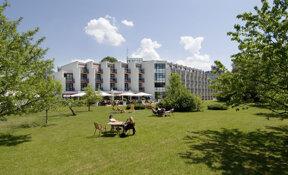 Außenansicht Parkhotel Brunauer mit Gartenanlage und Terrasse