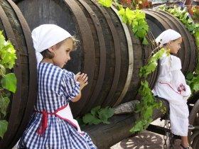 fillettes en tenue folklorique c alsace-tourisme Meyer