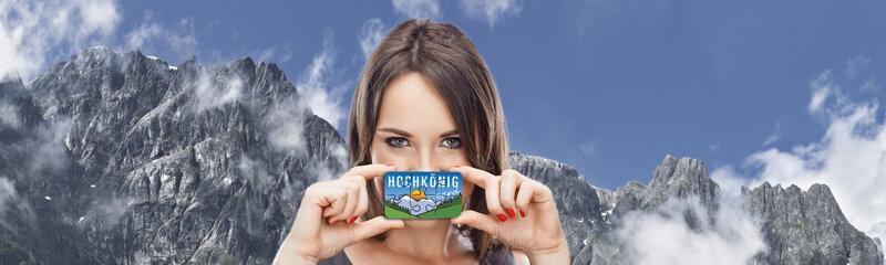 Frau mit Hochkönigcard vor Alpenkulisse