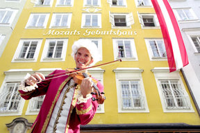 Mozart vorm Gbeurtshaus- Salzburg Tourismus