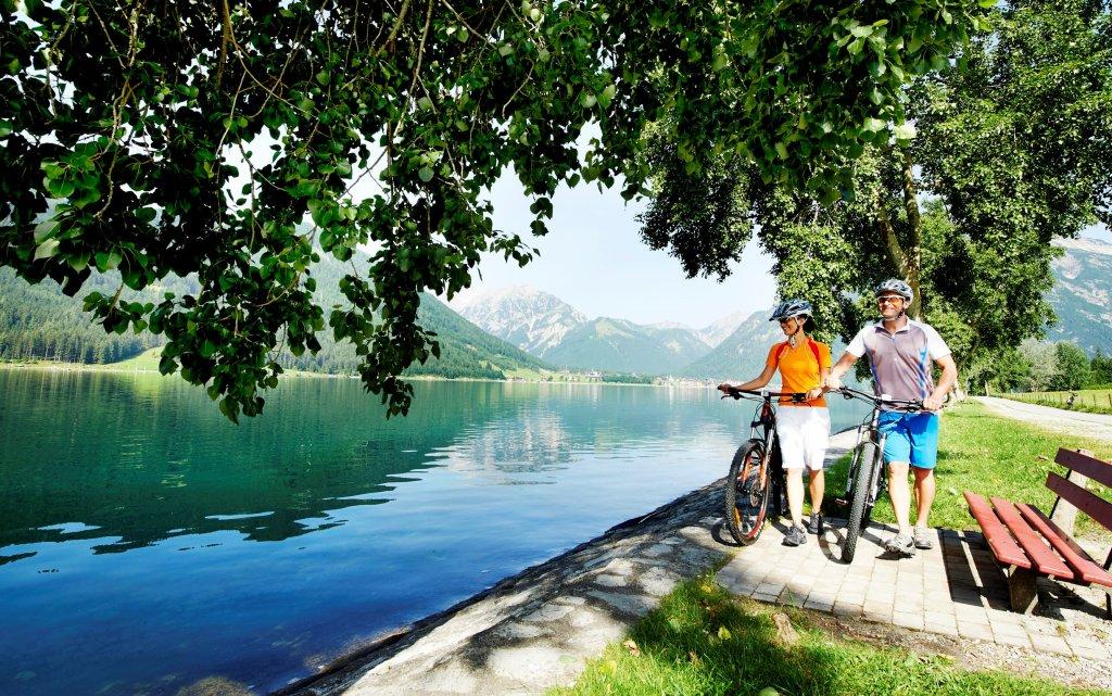 Pärchen mit Fahrrädern Achensee in Tirol