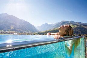 tauern spa hotelpool dame-liegend c TAUERN SPA Zell am See - Kaprun