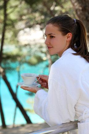 Wellness Terrasse Frau Tee trinken