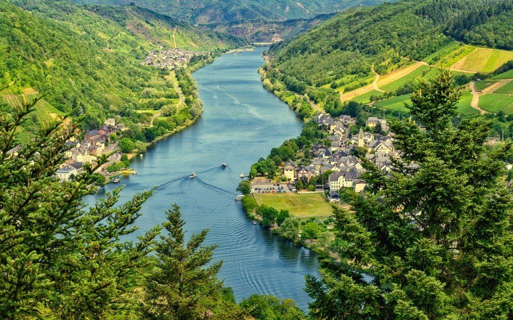 Fluss Mosel mit Blick auf Weinbergen