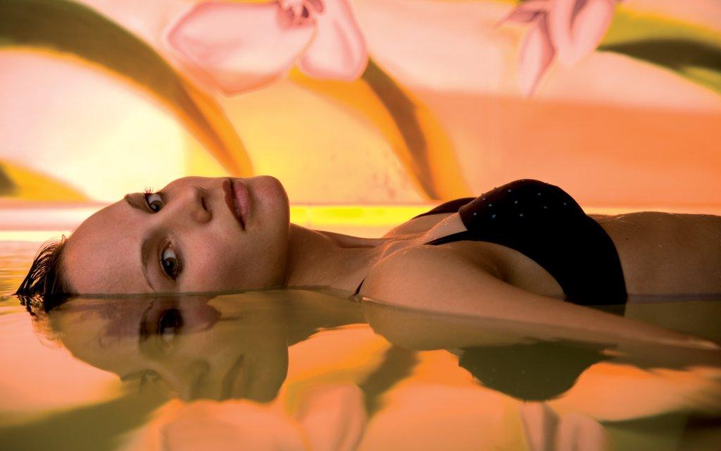 Frau mit schwarzem Bikini im Floating Becken