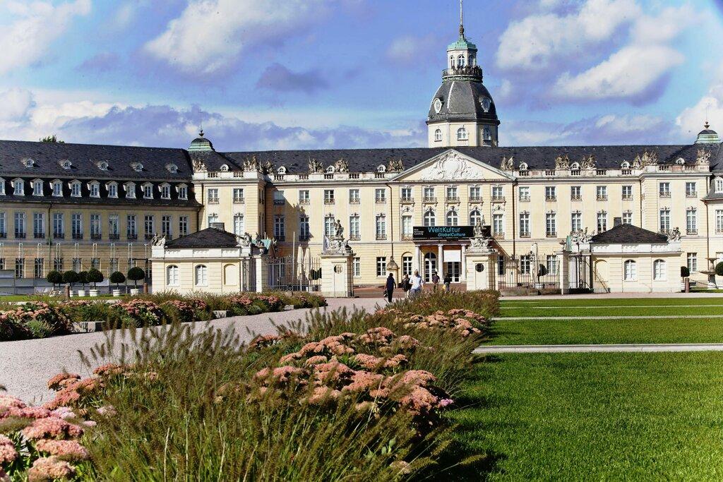 Schloss in Karlsruhe im Sonnenschein