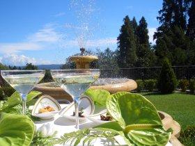 Fontana con bicchieri