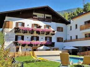Außenansicht Hotel Schaurhof mit Pool und Garten