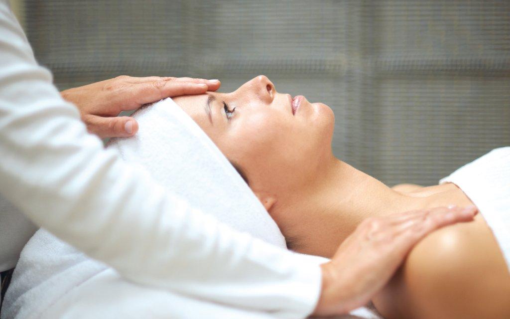 Frau bei der Massage in der Therme