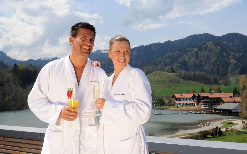 Paar in Bademänteln vor Bergpanorama Oberbayern Schliersee