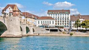 Außenansicht des Sorell Hotels Merian direkt am Rhein und der Mittleren Brücke