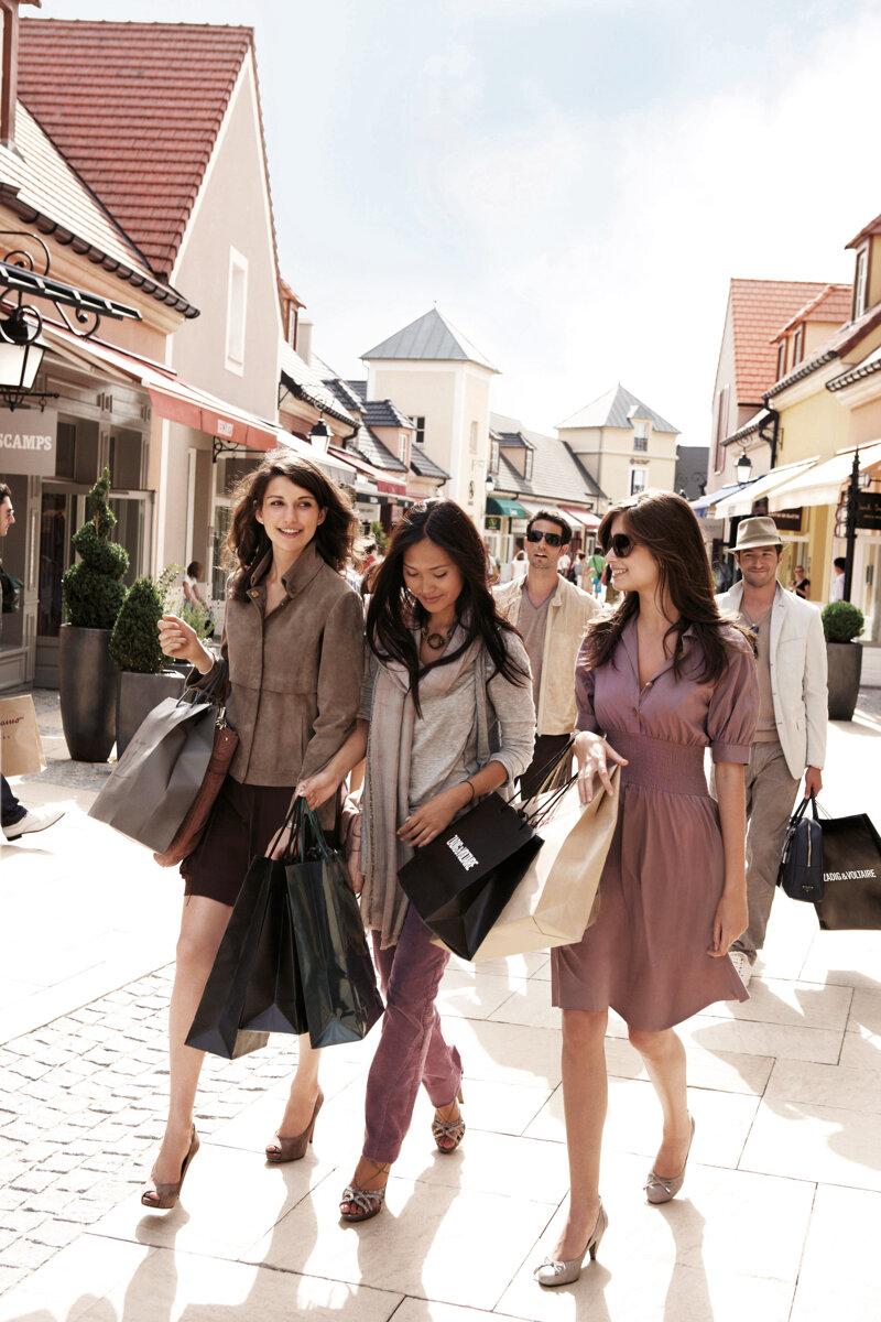 Drei Frauen beim Shoppen im Outlet La Vallée Village