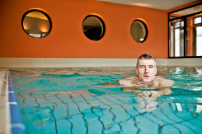 Göbels Seehotel Diemelsee Schwimmbad Mann