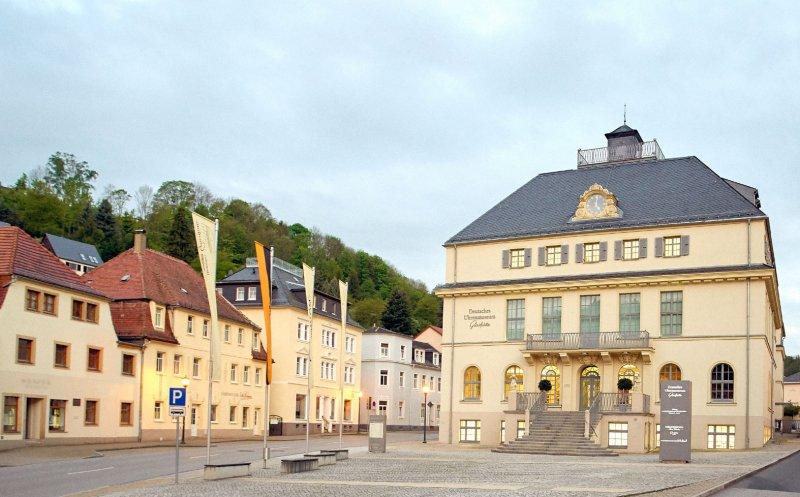 Front des Uhrenmuseums in Glashütte