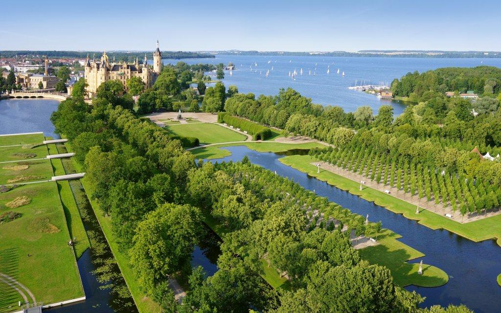 Blick auf Schweriner Schloss und Schweriner See