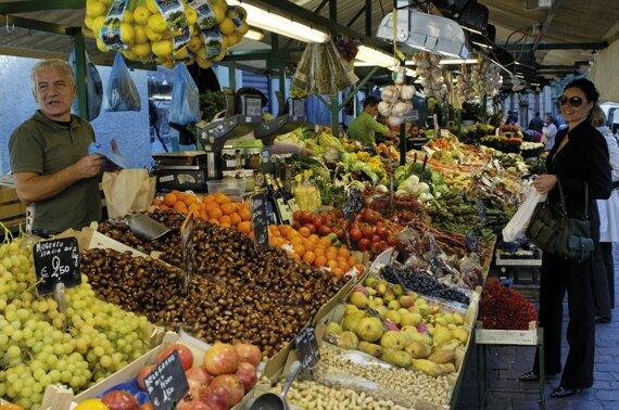 Piazza delle Erbe Obstplatz traditional fruit and vegetable market c Verkehrsamt der Stadt Bozen