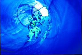 Kinder in ein einer Tunnelrutsche
