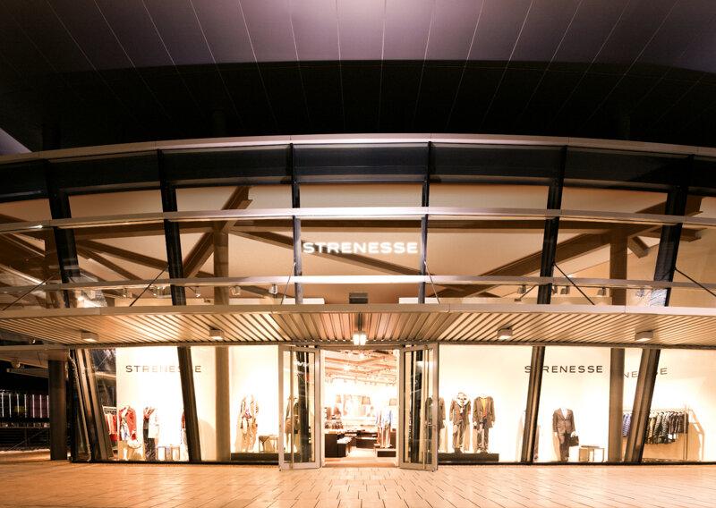 Designer outlets Wolfsburg -  Geschäft am Abend